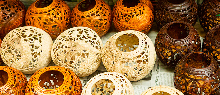 Artikel aus Holz, Kokosnuss und Palmenblättern